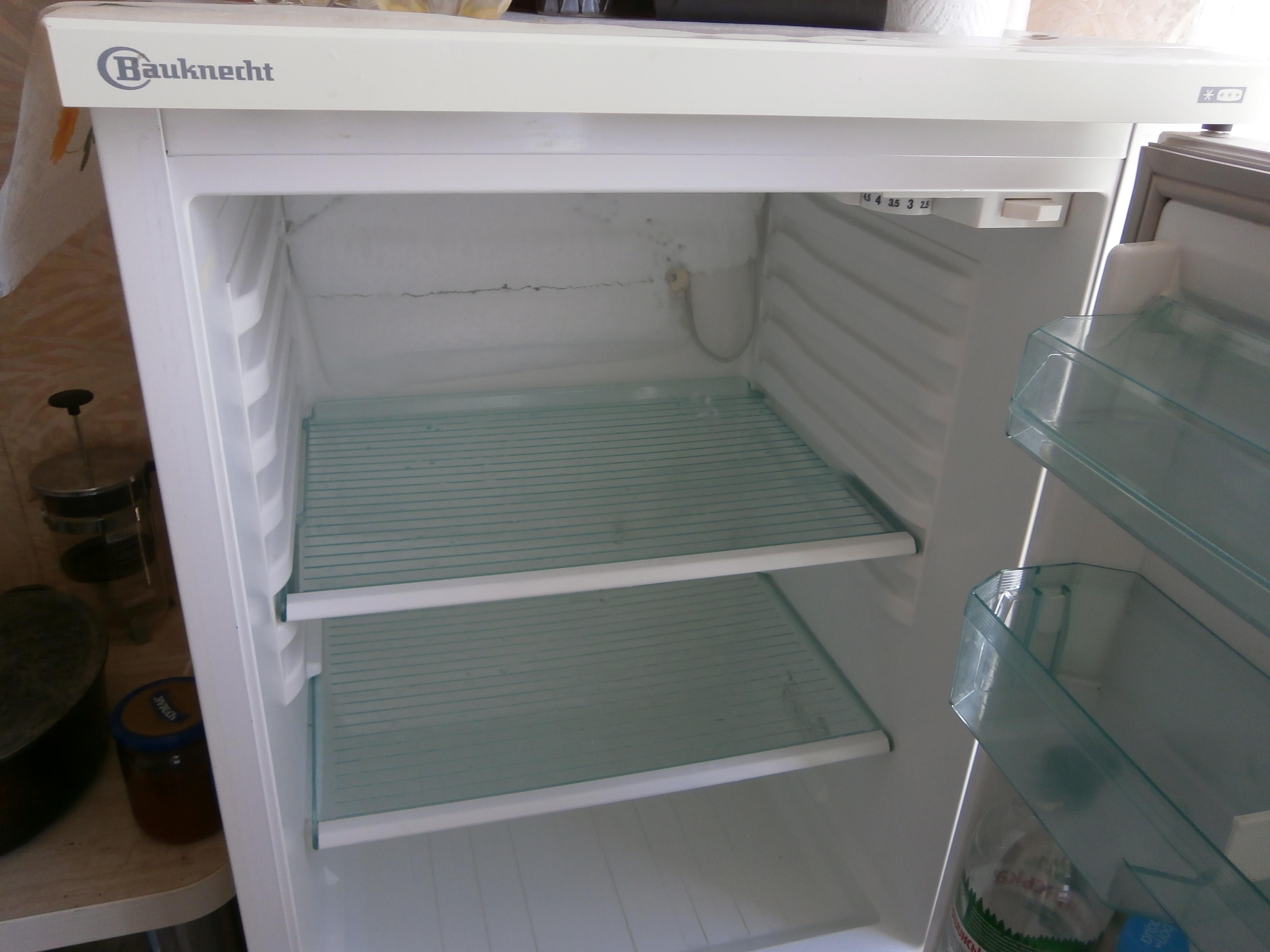 Почему образуется снег на задней стенке холодильника